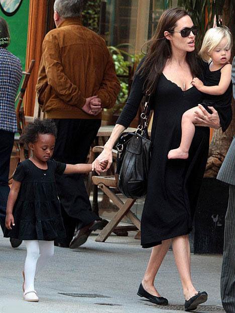 44 yaşındaki aktör evlat edindikleri oğulları 6 yaşındaki Maddox ve 4 yaşındaki Pax Thien ile çıktığı bir günlük gezide bu ilgisini gözler önüne serdi.